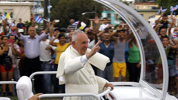 Pope Francisco greets Cubans from his popemobile on Saturday upon his arrival in Havana (Photo EFE / Rolando Pujol)