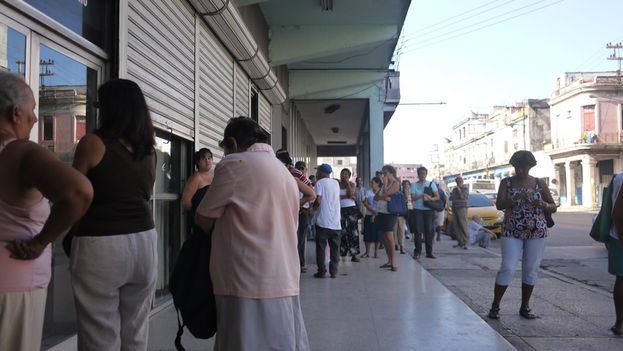 Long lines outside a bank branch Infanta Street in Havana. (14ymedio)
