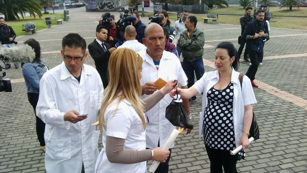 Cuban doctors who defected from missions in Venezuela demonstrated in Bogota, Colombia on 22 August. (Dened Vega 14ymedio)