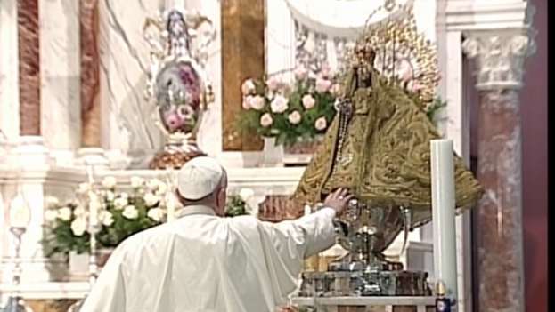 Pope Francis before the Virgin of Charity. (YouTube)