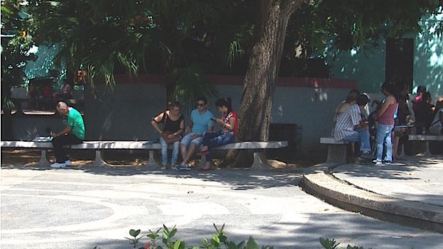 People of all ages connect to the WiFi from the center of Pinar del Río. (14ymedio)