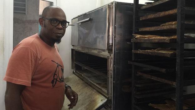 Baker Alberto Gonzalez in front of 'Salchipizza's' oven. (14ymedio)