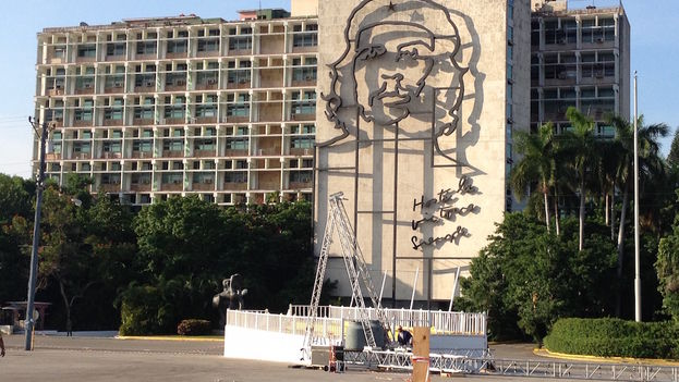 Building the stand in Havana's Plaza of the Revolution for the papal visit. (Luz Escobar)