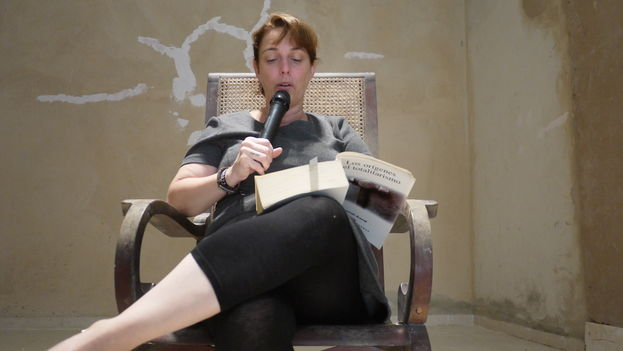 Tania Bruguera during a staged 100 hour reading of The Origins of Totalitarianism, by Hannah Arendt, at her home in Havana. (14ymedio)