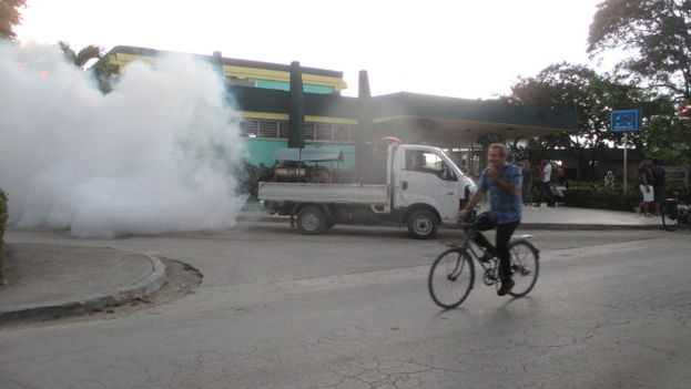 A fumigation truck in the city of Holguin. (14ymedio / Fernando Donate)