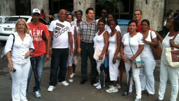 Angel Santiesteban (center, plaid shit) and several activists after his release. (14ymedio)