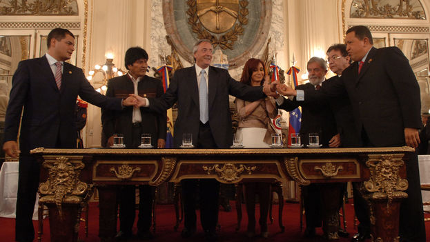 The change in Argentina is expected to lead to a change in hemispheric relations. In the picture, Rafael Correa, Evo Morales, Nestor Kirchner, Cristina Fernández, Lula Da Silva, Nicanor Duarte and Hugo Chavez signed the agreement for the foundation of Banco del Sur (The Bank of the South). (CC)