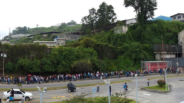 Line to buy things in Caracas (Reinaldo Poleo)