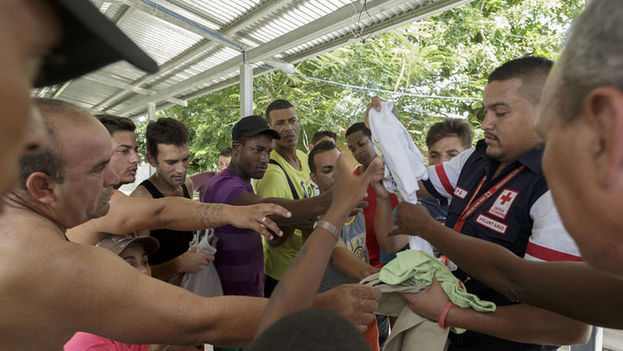 The Red Cross helps Cubans stuck at the Costa Rica/Nicaragua border since last weekend. (La Nación)