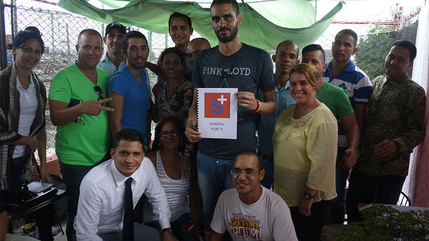 Danilo Maldonado, El Sexto, with members of Somos+ (We are more). (14ymedio)