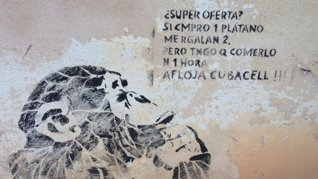 """Graffiti in Havana: """"Super offer? If I buy one banana they give me two. But I have to eat them in 1 hour. Loosen up Cubacel!"""" (14ymedio)"""