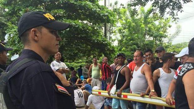 Cuban migrants at the border between Costa Rica and Nicaragua under the watchful eye of the Costa Rican police.(Natasha Cambronero / La Nación)