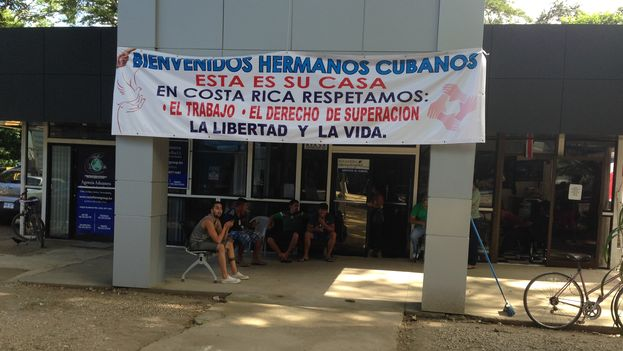 A few yards from the border with Nicaragua, Costa Ricans reaffirm their solidarity with Cubans: Welcome Cuban Brothers. This is your house. In Costa Rice we respect: Work, The Right to Succeed, Freedom and Life. (14ymedio Photo / Reinaldo Escobar)