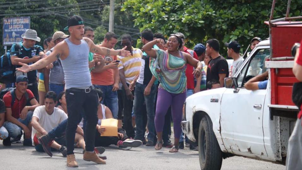 A group of Cuban immigrants block the Interamerican Highway at the border between Costa Rica and Panama in protest at being held. (Alvaro Sanchez / courtesy / El Nuevo Herald)