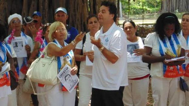 The writer Angel Santiesteban with the Ladies in White at Gandhi Park, just outside the church of Santa Rita. (Luis Lazaro Guanche)