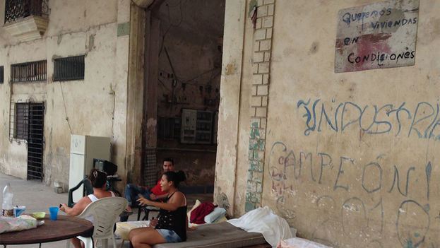 "Residents in an Old Havana tenement demand ""decent housing."" (14ymedio)"