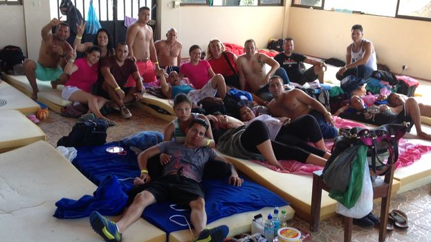 Cubans in a hostel in La Cruz, a few meters from the border between Costa Rica and Nicaragua. (Reinaldo Escobar / 14ymedio)