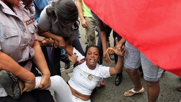 A member of the Ladies in White is arrested in 10 December 2015 by the Political Police in Havana (EFE)