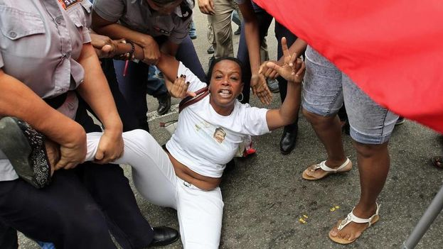 A member of the Ladies in White is arrested by police on Thursday, 10 December 10, in Havana. (Photo EFE)