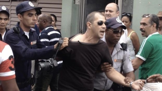 The official journalist Leandro Perez was arrested in Cuba while photographing an arrest. (Indomar Gomez / 14ymedio)