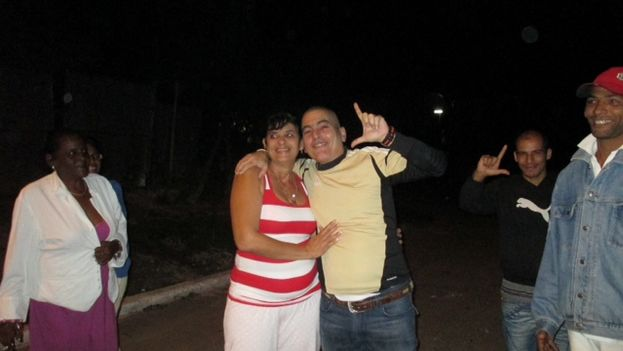 Hugo Damian Prieto and his wife, a few hours after being released. (Angel Moya)