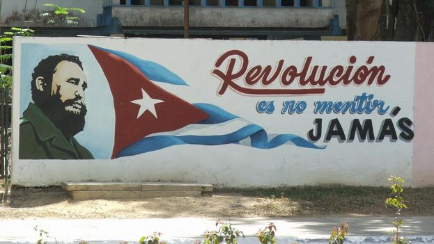 """Revolution is not lying. Ever."" Revolutionary propaganda in Havana. (Wikicommons)"