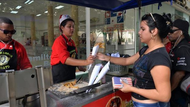 Hygiene rules require workers to protect food from human hair and not to take money with the same hand that served the food. (EFE)