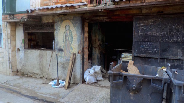 An image of Our Lady of Guadalupe on the facade of a self-employed blacksmith in Central Havana. (14ymedio)