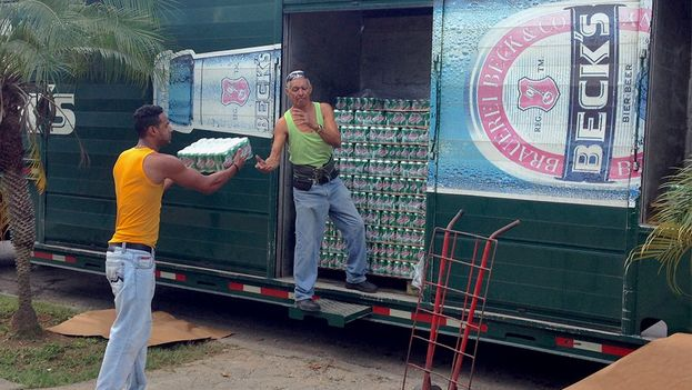 People wait for the Cristal delivery trucks outside the markets. (14ymedio)