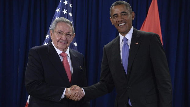The US president, Barack Obama, and his Cuban counterpart, Raul Castro, at the headquarters of the United Nations. (EFE)