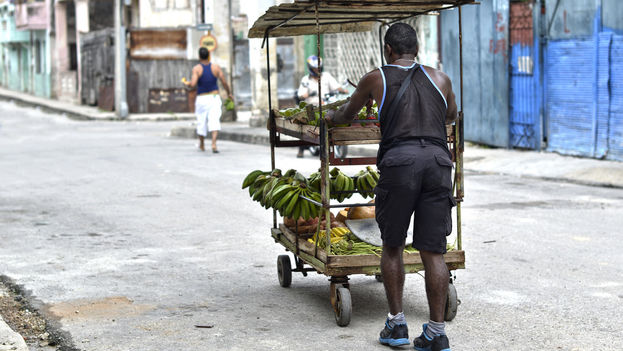 Pushcart vendor on a Havana street (CC)