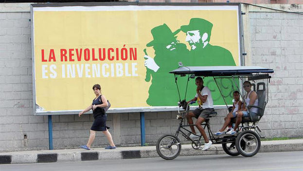 "Sign on a street of Havana. ""The Revolution is Invincible"" (EFE)"