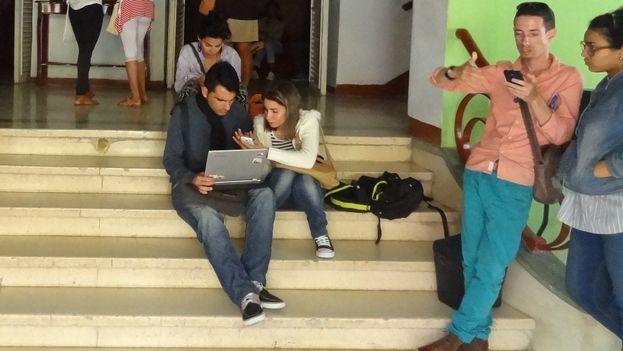 Just outside the Casablanca movie theater, several participants of the First Meeting on Audiovisual Culture and Digital Technologies in Camagüey. (14ymedio)