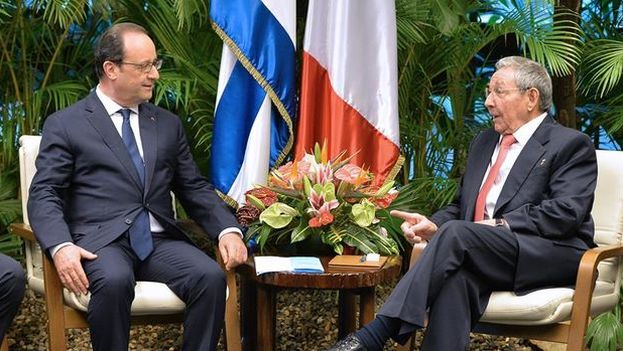 François Hollande and Raul Castro at the Palace of the Revolution in Havana, during the visit of French President to Cuba in May 2015. (EFE)