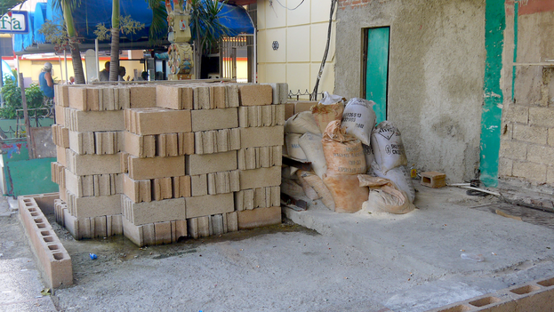 Construction materials outside a building in Havana. (14ymedio)