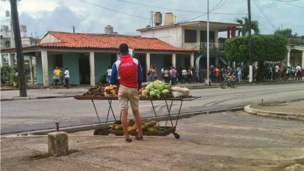 Yosvel, a self-employed produce vendor on Rafael Ferro Avenue in Pinar del Río. (14ymedio)