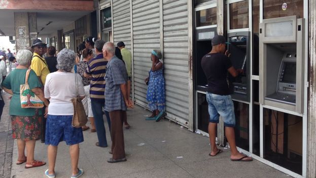 A man tries to get money from an ATM outside Metropolitan Bank this Thursday in Havana (14ymedio)