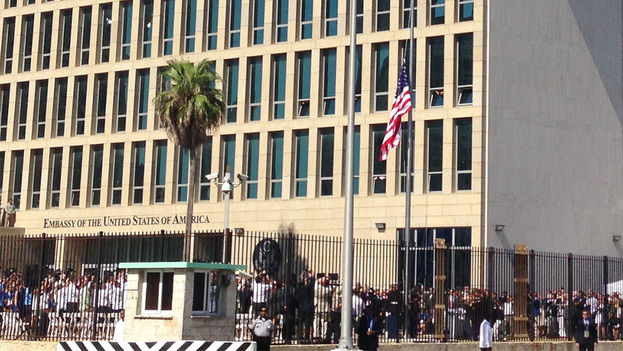The American flag was hoisted last July in front of its embassy on the Malecon in Havana. (14ymedio)