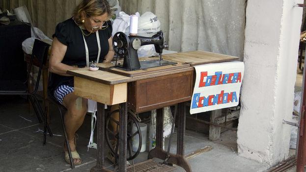 A seamstress offers her services to sew and mend in Havana. (14ymedio)
