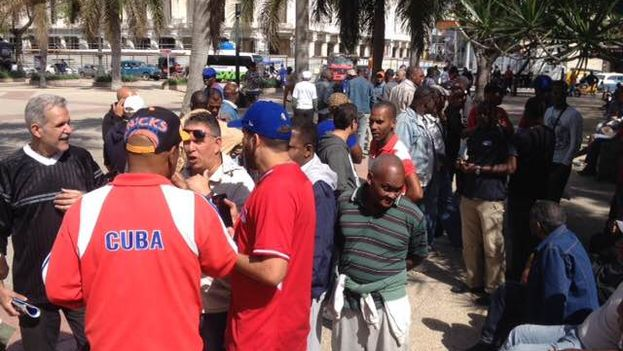 Baseball fanatics debating in a Cuban park cannot get over their astonishment. (14ymedio)