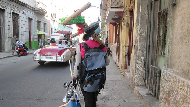 A seller of brooms and other cleaning tools offered his wares on the streets of Havana. (14ymedio)