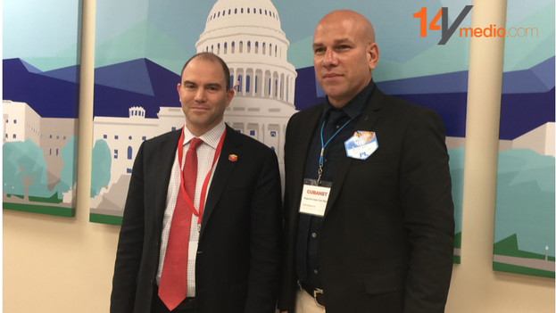 Ben Rhodes (left) with independent journalist Augusto Cesar San Martin of CubaNet. (14ymedio)
