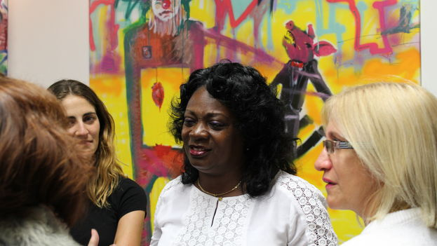 Berta Soler, leader of the Ladies in White, during El Sexto's art exhibition in Miami, Florida. (14ymedio)