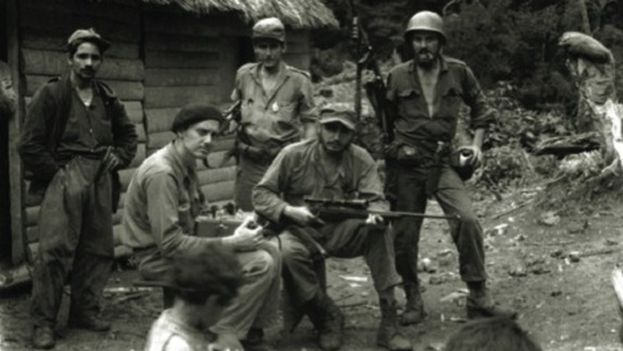 Fidel Castro (2nd from R.) in the Sierra Maestra (CC)