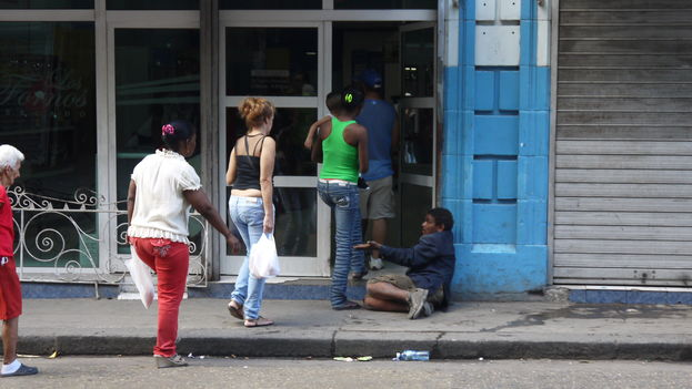 For several days, brigades from the Ministry of Public Health are interning the city's beggars in health facilities to get them off the street. (14ymedio)