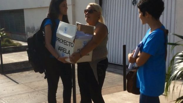 The delivery of the more than 10,000 signatures for the Varela Project, on Thursday, to Cuba's National Assembly of People's Power. (Facebook)