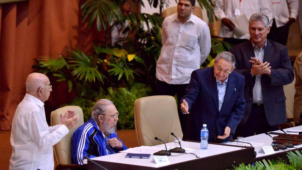 Cuban President Raul Castro and former president Fidel Castro, on Tuesday at the VII Congress of the CCP. (EFE)