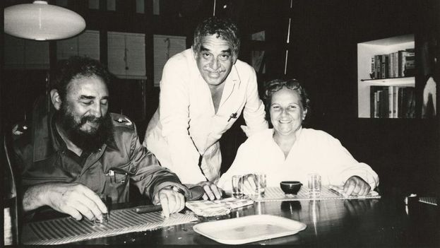 Gabriel García Márquez with Fidel Castro and Carmen Balcells in the '80s in Havana. (EFE)