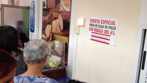 Many people consider the drop in prices insufficient when compared to their wages. (14ymedio)