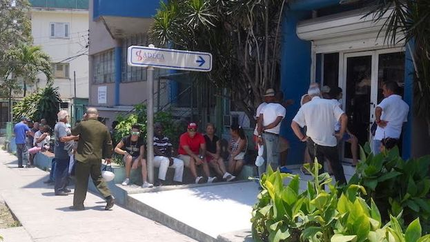 A line outside a currency exchange (Cadeca) Friday, amid rumors of a reduction in the value of Cuban convertible pesos CUC. (14ymedio)